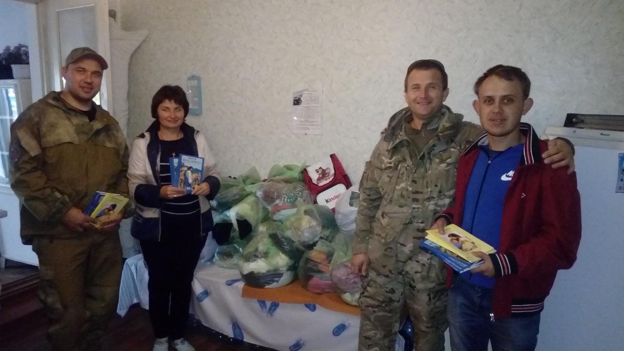 Також передали дитячу християнську літературу та гуманітарну допомогу жителям села Сопине